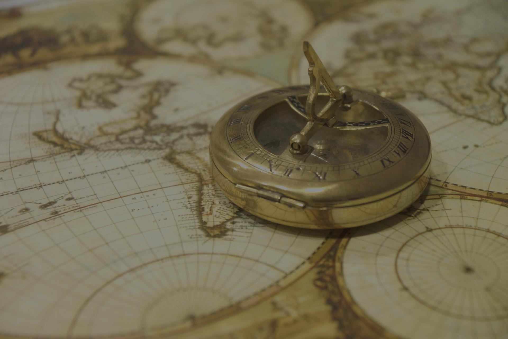 Boussole sur carte du monde